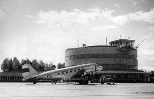 "DC-3 ""Lokki"" Malmin lentoasemalla."